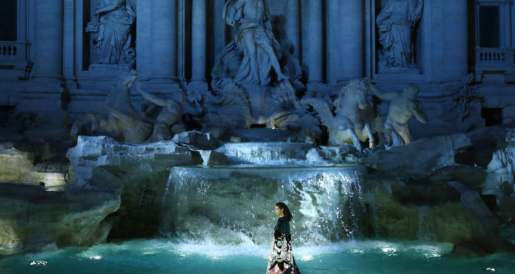 fendis-90th-anniversary-runway-spectacular-on-the-trevi-fountain-1