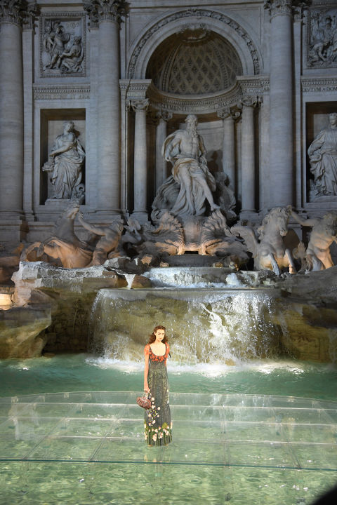 fendis-90th-anniversary-runway-spectacular-on-the-trevi-fountain-3