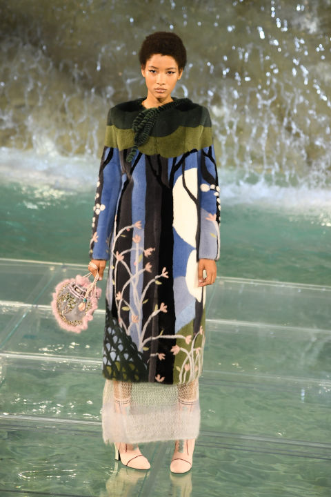 fendis-90th-anniversary-runway-spectacular-on-the-trevi-fountain-4