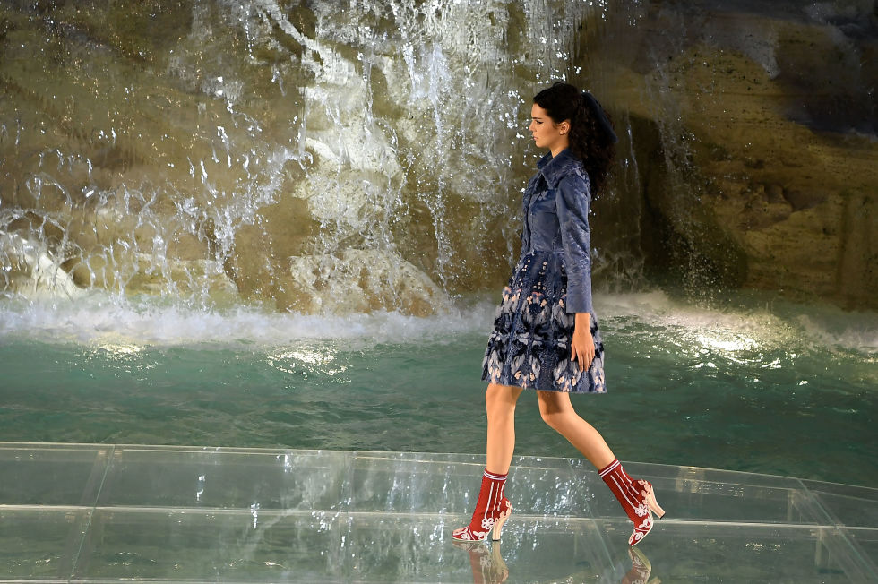 fendis-90th-anniversary-runway-spectacular-on-the-trevi-fountain-7