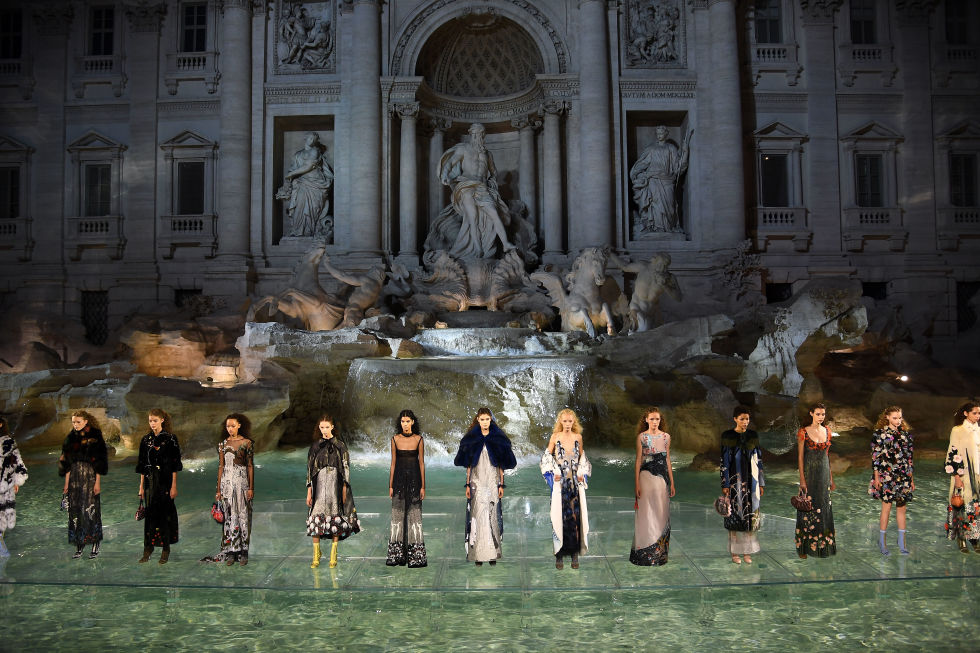 fendis-90th-anniversary-runway-spectacular-on-the-trevi-fountain-8
