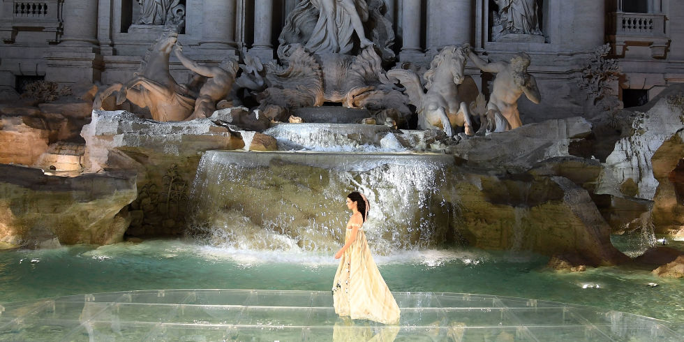 fendis-90th-anniversary-runway-spectacular-on-the-trevi-fountain-9